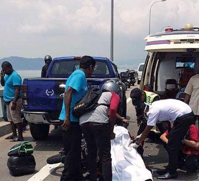 槟城大桥车祸摩托车与轿车碰撞,骑士当场身亡。
