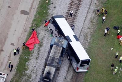 火车撞巴士,暂未知事发原因。