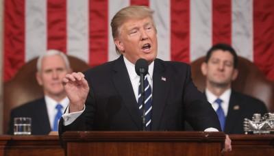 特朗普以发言开首强调要复兴美国精神,晚也副总统彭斯(左)和众议院议长莱恩。(法新社照片)