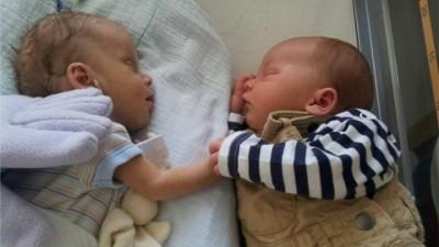卢卡斯于育婴箱内抓住基恩的手共同睡觉,好友好。