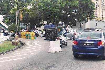 载满煤气桶罗里翻覆在双溪槟榔路,导致该路段阻塞。