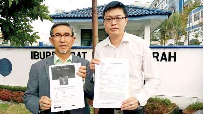 拉昔(左)与梁锦坤分别展示欺诈者新开的帐号及警方报案纸。