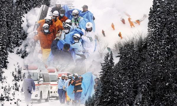 日本救援队将死伤者抬离现场。