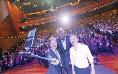 博尔特(中)与马云(右)在环球转型论坛上自拍。