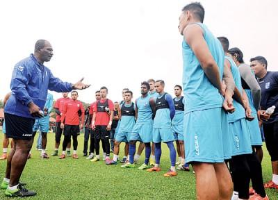 槟城联赛队新任主帅再纳阿比丁(左)在训练时对球员们发出指示。