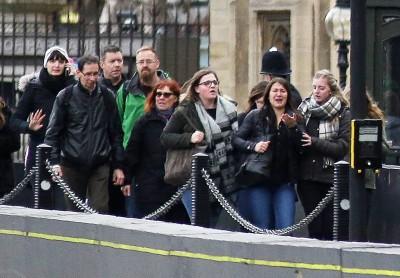民众惊慌逃离事发现场。(法新社照片)