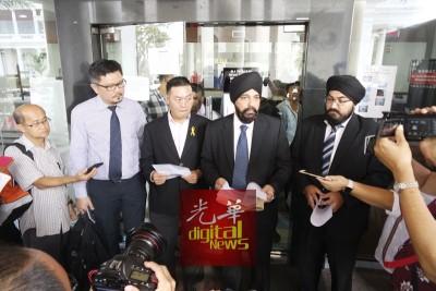 左2陈智铭、王萌翔及峇日星在入禀法庭后,向媒体解释来龙去脉。