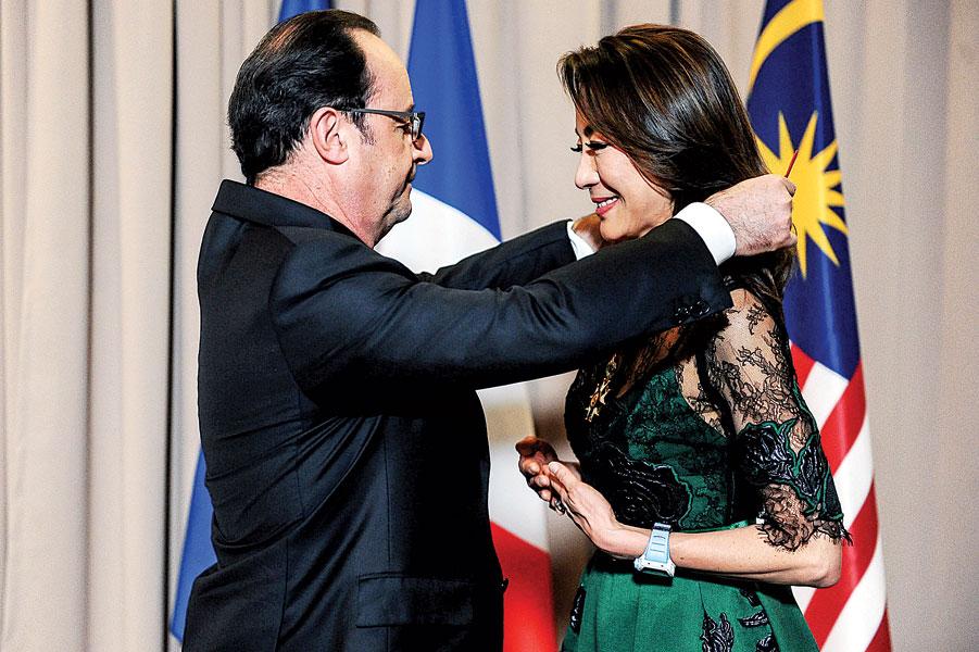 法国总统奥朗德(左)颁授荣誉军团司令官勋章予杨紫琼。