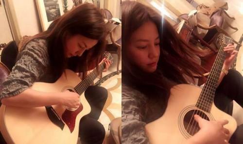 赵薇顶着素颜,专心低头弹吉他。