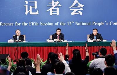 第12届中国人大五次会议新闻中心举行记者会,国家发展和改革委员会主任何立峰(中)回答记者提问。(新华社照片)