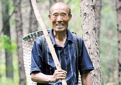 赵希海30年来义务植了18万棵树。