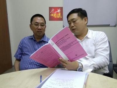 赖多仁(左)向吴健南求助4月25天森州补假的课题。