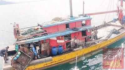 大马海事执法单位浮罗交怡区执法组扣查在禁区捕鱼的一样只本地B1项目拖网渔船。