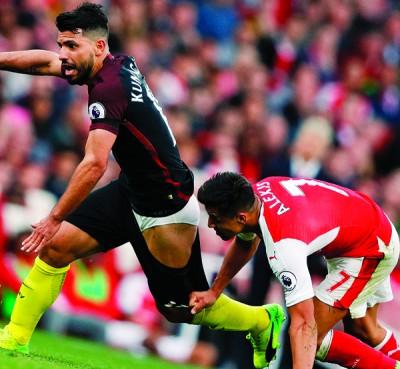 桑切斯便把裤子拉下,为使阻止阿奎罗。