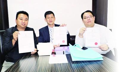 无免费塑料袋供应措施4月1日起严厉执行,(左起)黄顺祥、王耶宗及李俊杰促请槟威两地业者尽速登记,以免营业执照被吊销。