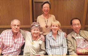 【在外最后的晚餐】我俩于2016年6月初与鹰阁医院的癌症主治医生萨达和夫人,及表姐陈绿漪在她最喜欢的「味乐」日本料理用餐后合影。