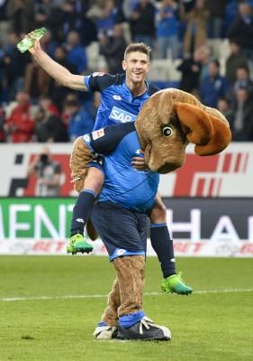 霍芬汉后卫苏伊勒赛后兴奋的骑在球队吉祥物霍菲的背上庆祝球队的胜利。