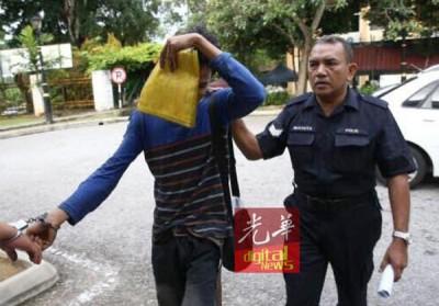被告莫哈末沙鲁见到大批媒体在法庭守候,赶紧拿起文件袋遮脸。