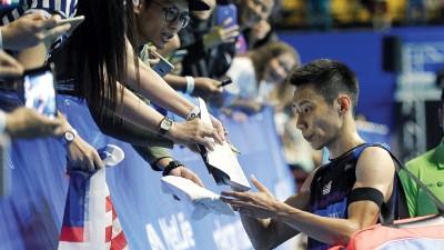 李宗伟为球迷签名。