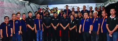 大山脚自愿治安队与威中警区警官交流,前左5为罗文龙、慕斯达法(左7起)、聂罗斯、陈来才(左9)。