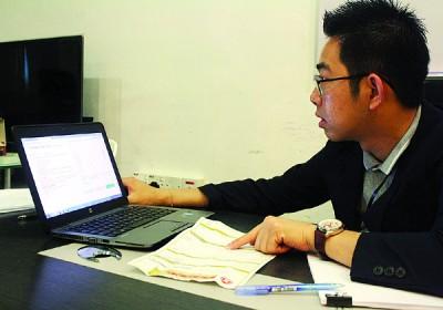 邱义祖协助顾客查办地税项目。