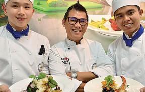 左起:陈竑池同学、金厨烹饪厨艺学院院长李明胜、华陆同学