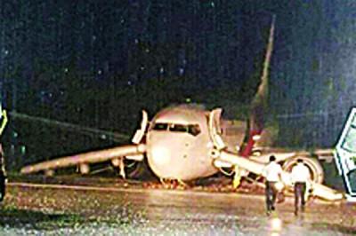 马航MH2718客机降落诗巫机场时失控滑出跑道。