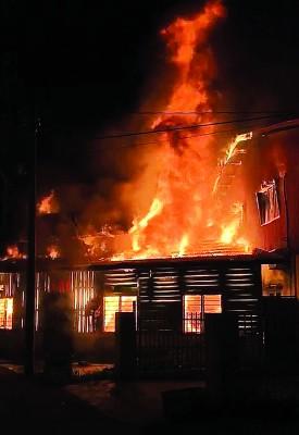 双层木屋神坛失火,熊熊烈火在狂烧。