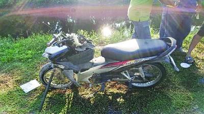 死者所骑摩托车车头损毁。