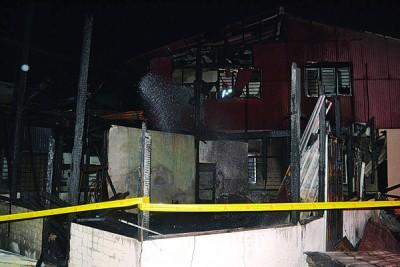 已被烧成灰烬的双层木屋。