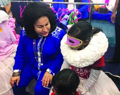 罗斯玛与自闭症儿童玩游戏,场面温馨。