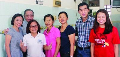 林吉祥(后排左2)跟廖彩彤(右1)同现场民众合影。