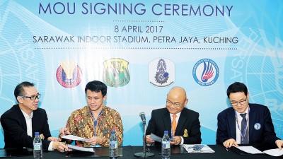 前排左起:黄锦才与印尼代表威查纳多、泰国的尼果和韩国的韩经国(Han Chin Goo)签署和交换合作协议。