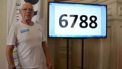 一切雷沃斯特成打破仰卧起坐的世界纪录。