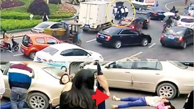 女骑士被卷入车底后,热心的民众纷纷上前相助,将轿车的车尾抬起,将女骑士救出。