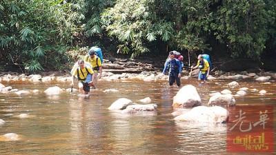 在森山里涉水过河也会有受食肉菌感染的案例。