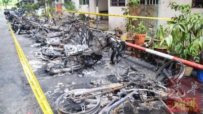 组屋底楼处的露天摩托停车位,摩托惨遭烧毁。