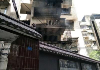除起火单位外,大火还波及其他单位,露台和外墙也被熏黑。