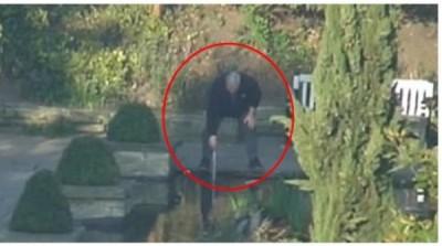 男子(红圈)用磁力工具偷许愿池底钱币。