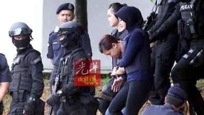 特警押送,不容有失!两名女被告是金正男命案的关键人物,在第二次被带上庭时,警方仍严阵以待,出动全副武装的特警护送,以保障被告安全。