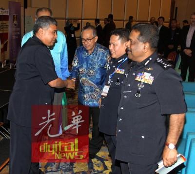 卡立(左)与研讨会参与者一一握手示意。