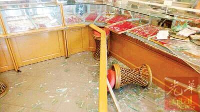 3名印裔徒一进入金店就持枪及斧头威吓店员,然后以大铁锤打破金饰玻璃展示柜及抢走约4至5盘金饰。