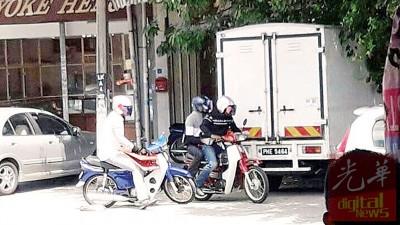 事发前,3名匪徒将两辆分别为蓝色及红色的本田摩托车停在金店前之后,就持枪及斧头闯入金店。