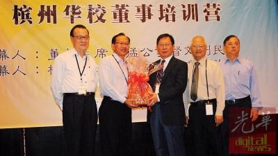 槟威华校董事联合会副主席拿督马良生赠送纪念品予刘利民(右3),杨云贵、许海明及庄其川陪同。