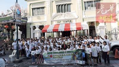 150多名叶氏老宗亲聚集在打铜街叶氏宗祠前,集体响应古迹区捡垃圾运动。