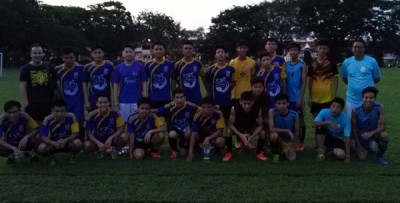 槟华队昨日于哈密甘中学初试蹄声,将在周三和周日举行两场挑选赛,图为挑选赛后教练锺洪辉(左1)与球员们合影,旁为秘书李伍辉(右1)。