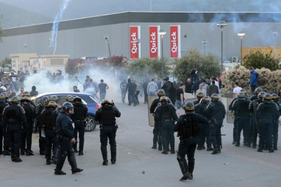 防暴警察用催泪瓦斯驱散了等候在球场门口的近百名巴斯蒂亚球迷。