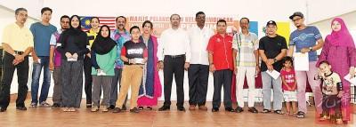 槟岛市议员瑟丽娜(后左4起)、佳日星、已故加巴星夫人古密柯、蓝卡巴及雷尔与获颁奖励金的成绩优秀生及代表合照。