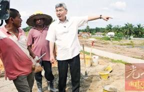 马袖强巡视安顺苏丹依德利斯师范大学地基工程的工作进展,预计将于2019年9月建成。