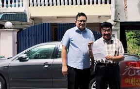 陈永华(右)在陈传平陪同下召开记者会。